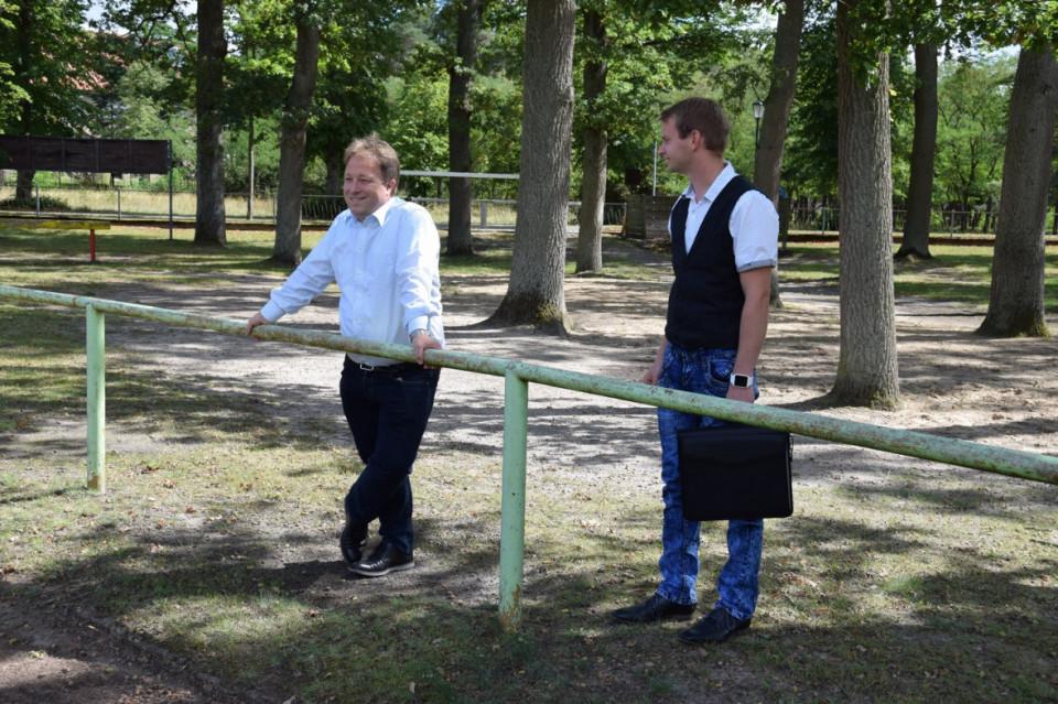 Steineke (links) mit Gemeindevertreter Mirko Fechter im Sommer 2020 in Lanz